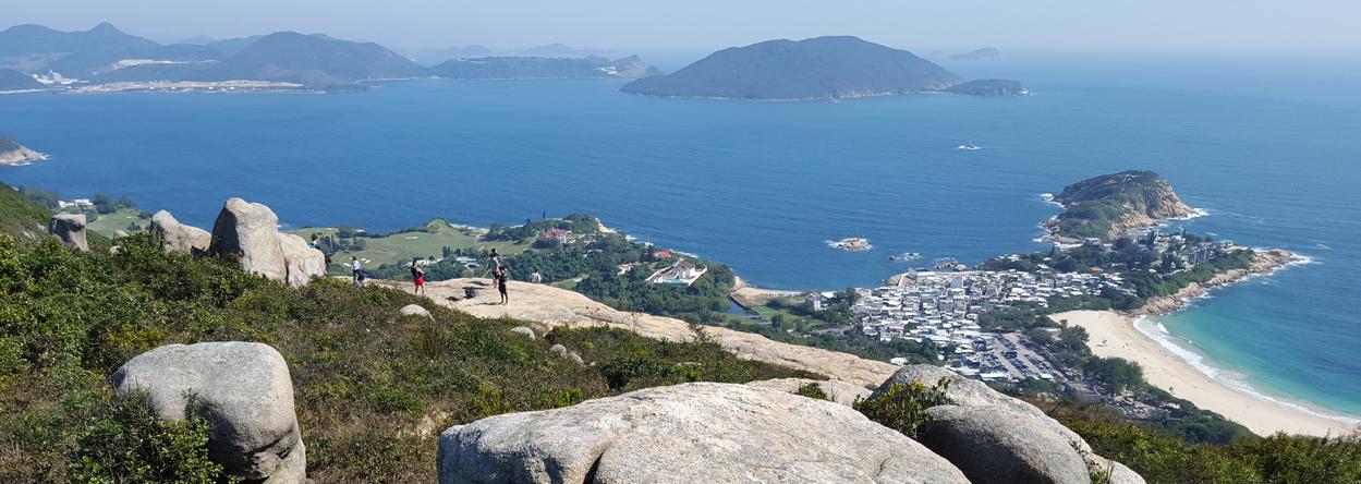 Blick vom Dragon's Back Wanderweg auf das Südchinesische Meer