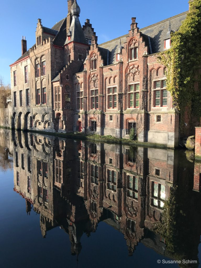 Spiegelung eines Giebelhauses am Kanal