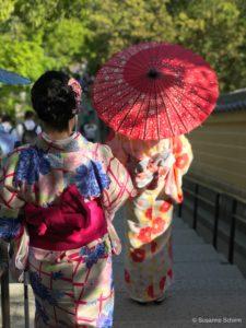 Frauen im Kimono am Goldenen Pavillon
