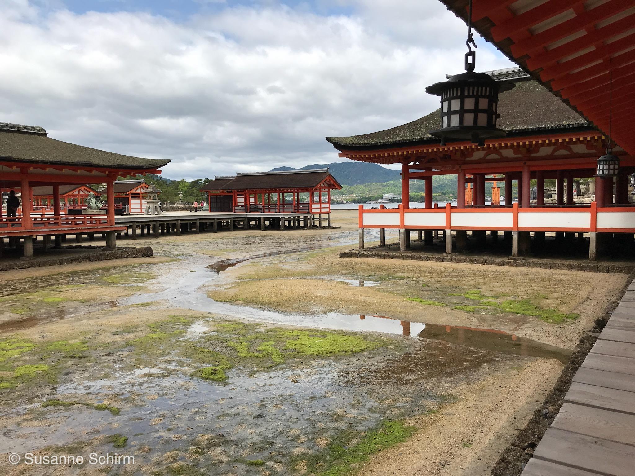 Hauptgebäude des Itsukushima-Schreins bei Ebbe