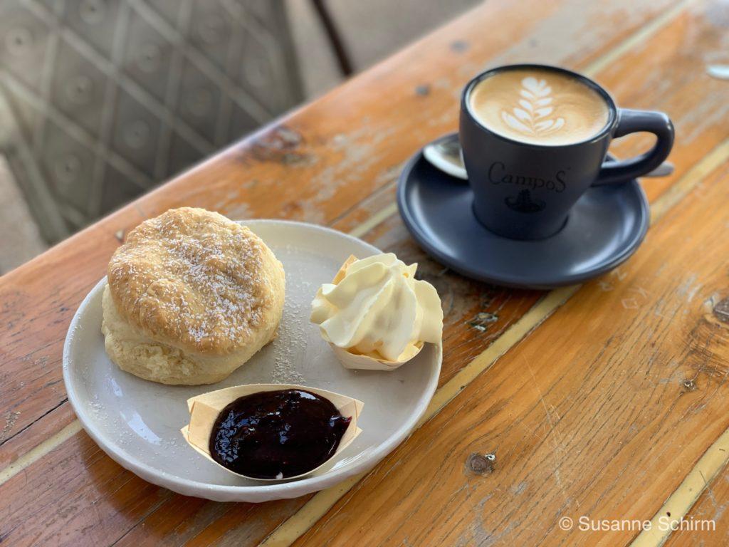 Frühstück im Fat Frog Café in Cannonvale